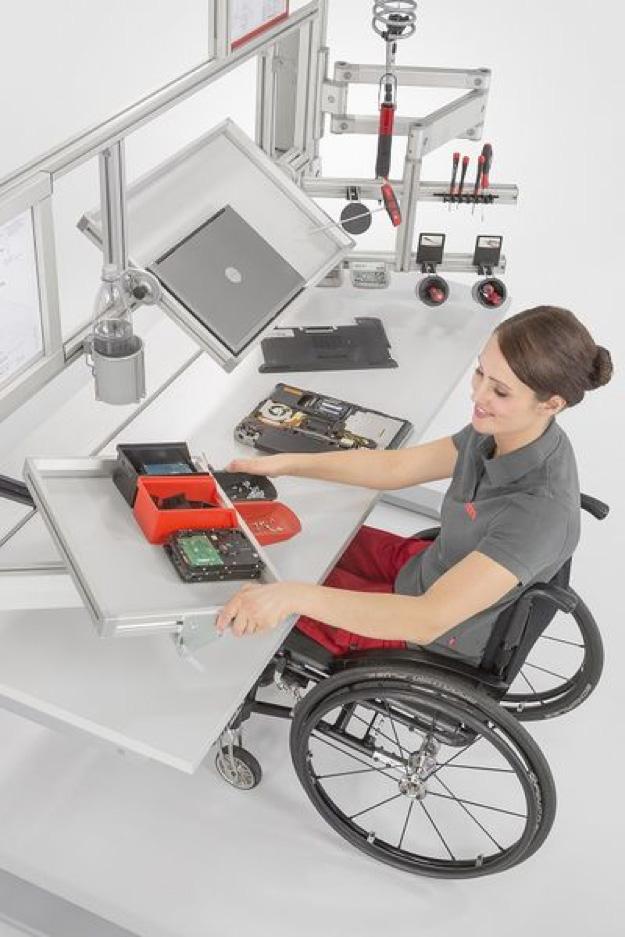 Barrierefreier Arbeitsplatz für behinderte und ältere Mitarbeiter