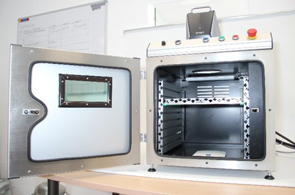 Laserschutzkabine LSG 300 von TRIMA TEC als Auftischvariante mit offener Tür