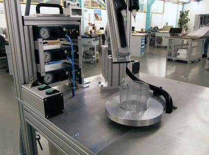 Klebestation mit Klebetechnik entwickelt vom Kunden