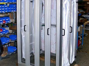Platzsparende Falttür-Einhausung in der Montage