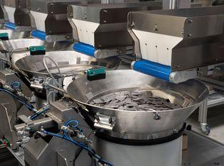 Zählmaschine und Verpackungsanlage zur Kommissionierung von Zubehörteilen für die Möbelindustrie