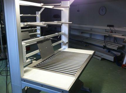 Elektrisch höhenverstellbarer Kontrolltisch mit beidseitigen Druckluftanschlüsse