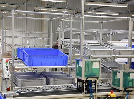 Greifbehälter an der Montagelinie