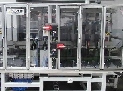 Montageanlage zur Kolbenmontage mit pneumatische Hubtür
