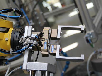 Doppelgreifer-Maschine zur Keramikverarbeitung