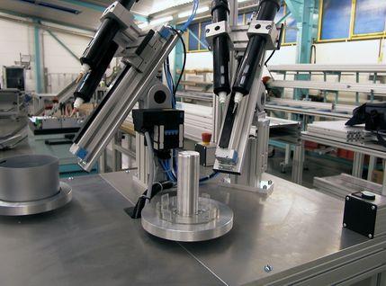 Klebestation für modulare Dekorationssäulen mit Klebetechnik entwickelt vom Kunden