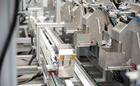 Zählmaschine und Verpackungsanlage zur Kommissionierung von Zubehörteilen