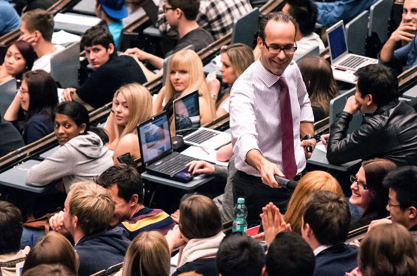 Prof. Frank Piller ist Wirtschaftswissenschaftler sowie Lehrstuhlinhaber für Technologie- und Innovationsmanagement an der RWTH Aachen.