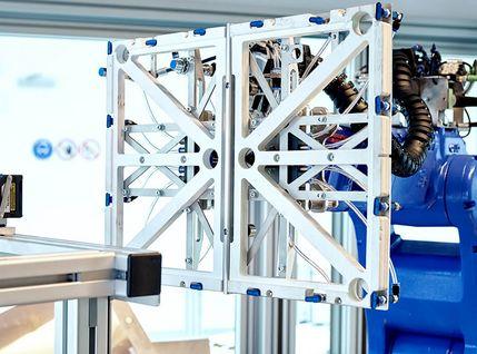 Automatisierte Bohrstation mit Robotergreifarm