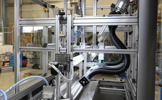 Flexibler Fertigungsvollautomat mit smarten Schnittstellen zur Prozessintegration