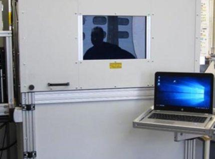 Gravierautomat mit Fenster zur Prozesskontrolle