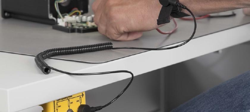 ESD-Schutz durch Armband zur Vorbeugung einer elektrostatischer Aufladung